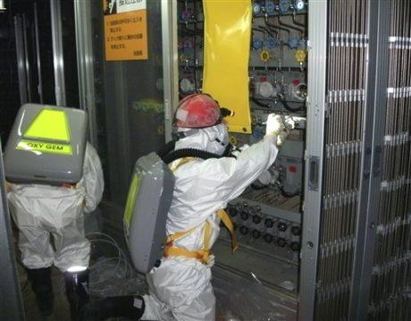Un grupo de trabajadores verifica un indicador del nivel de agua del reactor de la unidad uno en la planta nucleoeléctrica en la localidad de Okuma, prefectura de Fukushima, nordeste de Japón. La imagen corresponde al 10 de mayo de 2011. Seis trabajadores más en Japón podrían haber excedido el límite de exposición a la radiactividad en una planta nuclear averiada para un total de ocho de ellos afectados, anunció el lunes 13 de junio de 2011 el gobierno. (AP foto/Tokyo Electric Power Co.)